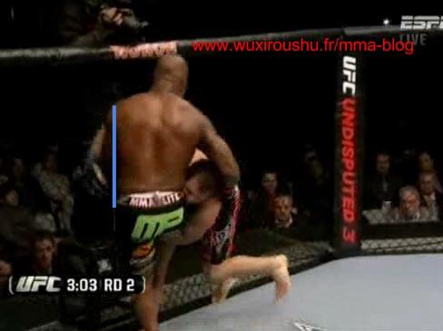 用摔跤把对手摔倒